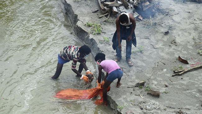 Banjir musiman yang melanda Sungai Gangga ikut menyapu kuburan berkedalaman dangkal yang berada di tepiannya.