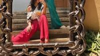 <p>Gaya busana Lifi dan Neisha yang modis membuat mereka hobi mengabadikan potret OOTD. Tengok saja gaya kompak mereka ketika adu modis di depan cermin. (Foto: Instagram: @kaneishiayusuf05)</p>
