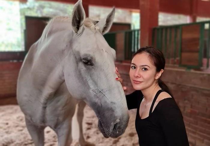 Bersama buah hatinya, Wulan Guritno juga belajar berkuda. Melalui beberapa postingan di akun instagramnya, ia tampak menikmati olahraga ini meskipun belum terlalu sempurna / foto: instagram.com/wulanguritno
