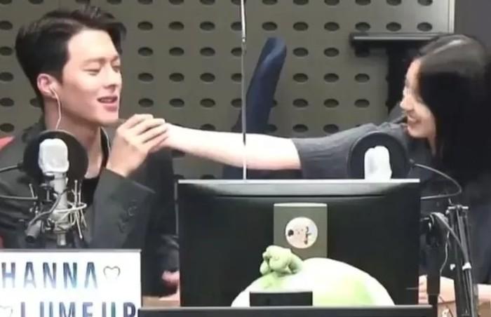 Couple ini juga pernah melakukan promosi drama di program radio KBS Cool FM. Baik Jang Ki Yong dan Hyeri tidak canggung memperlihatkan kedekatan mereka, melalui tatapan mata dan skinship / foto: wolipop.detik.com
