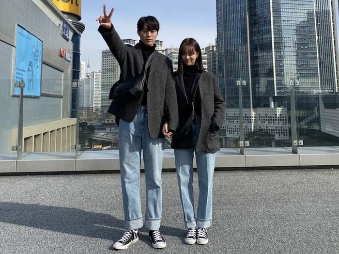 Demi kepentingan promosi drama dan menyenangkan hati penonton, Hyeri sering mengunggah foto di balik layar bersama lawan mainnya, Jang Ki Yong. Lagi-lagi, mereka tampat serasi seperti pasangan sungguhan / foto: instagram.com/hyeri_0609