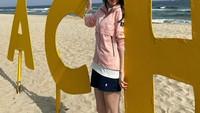 <p>Meski sudah tenar, Han So Hee tetap terlihat sederhana di kehidupan sehari-harinya. Tengok saja gaya Han So Hee ketika berlibur di pantai. Ia tampil sederhana dengan outfit kasual. (Foto: Instagram: @xeesoxee)</p>
