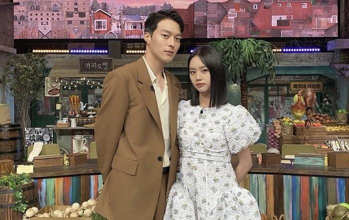 Jang Ki Yong dan Hyeri sempat menjadi bintang tamu Amazing Saturday, tepat sebelum My Roommate is A Gumiho tayang. Keduanya datang dengan outfit bergaya vintage yang sangat serasi / foto: instagram.com/hyeri_0609