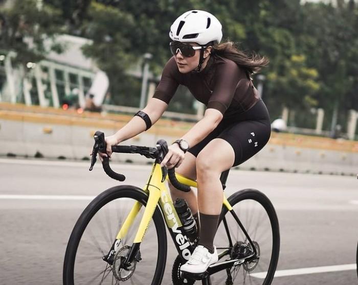 Mengejutkan, Wulan Guritno ternyata juga hobi bersepeda. Belakangan ini , Wulan semakin sering membagikan kegiatan bersepedanya, keliling kota Jakarta / foto: instagram.com/wulanguritno