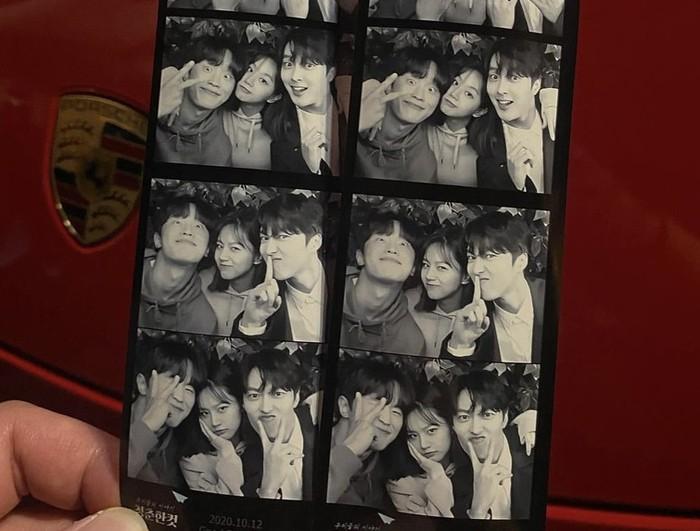 Meskipun foto bertiga, tetap saja netizen salah fokus dengan Hyeri dan Jang Ki Yong. Menurut netizen, mereka benar-benar cocok dan tampak bagus ketika disandingkan bersama / foto: instagram.com/hyeri_0609