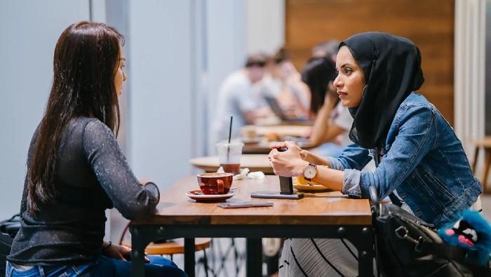 Bukan Saran, 5 Tanda Ini Menunjukkan Teman yang Curhat Cuma Butuh Didengarkan