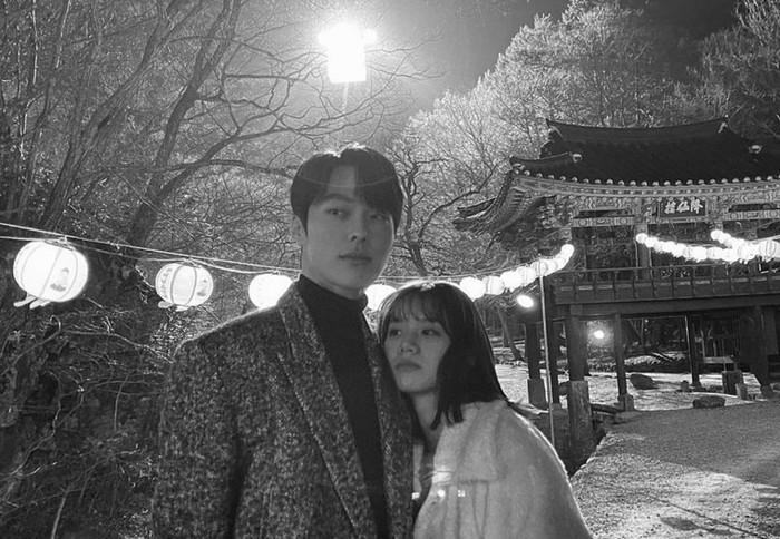 Sampai foto candid mereka sukses membuat penonton gemas. Bagaimana tidak? Hyeri tampak manja banget kalau sudah berduaan sama Jang Ki Yong! / foto: instagram.com/hyeri_0609