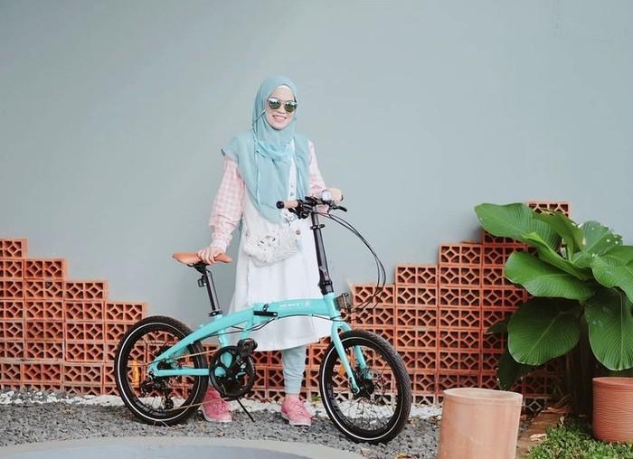 Banyak orang suka pakai pakaian yang simpel, namun tetap modis. Begitu juga dengan Ghaida, yang terkadang memilih hijab langsung pakai untuk memudahkan geraknya terutama ketika sedang berolahraga / foto: instagram.com/gdaghaida