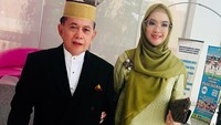 <p>Ingrid Kansil dan suami, Syarif Hasan, beda usia 23 tahun. Inggrid masih berusia 24 tahun saat dilamar. Sedangkan suaminya berusia 47 tahun. Meski begitu, mereka tetap romantis di usia pernikahan yang sudah 22 tahun. (Foto: Instagram: @ingrid_kansil)</p>