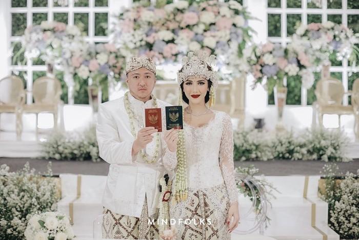 Inilah momen pernikahan Syahra Larez dengan Denny Buana. Memiliki darah Sunda dari sang ibu membuat pernikahan Syahra Larez digelar menggunakan adat Sunda. (foto: instagram.com/syahralarez_new)