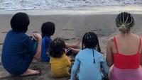 <p>Keluarga Joanna tampak sangat mendukung dirinya secara penuh. Dalam salah satu unggahan sang Bunda, Joanna dan anak-anaknya tampak menikmati suasana pantai bersama-sama. (Foto: Instagram @ninakairupan)</p>