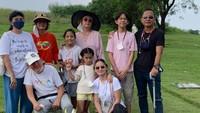 <p>Joana alexandra & anak-anaknya tampak berkunjung ke makam satu bulan setelah kepergian sang suami, Raditya Oloan Panggabean. Momen ini diunggah oleh Sang Ibu. Joanna sendiri tidak pernah mengunggah apapun di akun pribadinya semenjak suami meninggal, Bunda. (Foto: Instagram @ninakairupan)</p>
