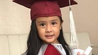 <p>Putri Joanna Alexandra dan mendiang Raditya Oloan baru saja menyelesaikan pendidikan TK. Sang Bunda mengunggah potret sang putri dengan bangga ke media sosial. Selamat ya, Zoey! (Foto: Instagram: @joanna_radit)</p>