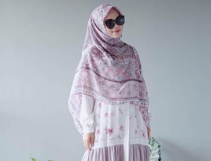 Meskipun memakai hijab syar'i, Ghaida memiliki selera fashion yang baik. Ia selalu tampil modis dengan pakaian senada bewarna pastel yang cantik. Gaya busananya ini kerap menjadi inspirasi para followers-nya / foto: instagram.com/gdaghaida