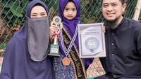 <p>Oki Setiana Dewi juga tengah merayakan kelulusan anaknya. Sang putri, Khadeejah telah lulus TK usai 1,5 tahun melaksanakan kegiatan belajar dari rumah. (Foto: Instagram: @okisetianadewi)</p>