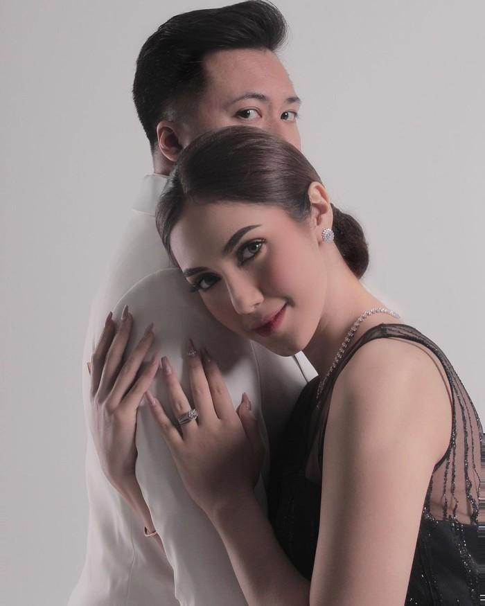 Pada Maret lalu Syahra Larez telah resmi dipersunting oleh seorang pengusaha bernama Denny Buana. Ia menikah dalam usia yang tergolong muda, yakni 19 tahun. (foto: instagram.com/syahralarez_new)