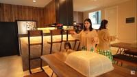 <p>Lebih masuk ke dalam, ada ruang makan yang dilengkapi dengan bartender sekaligus dapur bersih. Tak kalah <em>simple</em>, ruang ini juga tampak minimalis ya, Bunda? (Foto: YouTube: FELITOgether Official)</p>