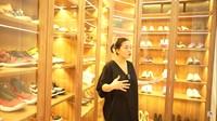 <p>Lanjut ke closet room, Felicya menjelaskan bahwa ruang tersebut diisi lemari sesuai kuantitas barang masing-masing. Hito kebagian space yang luas untuk sepatu, Bun. (Foto: YouTube: FELITOgether Official)</p>
