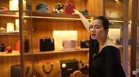 <p>Sedangkan Felicya sendiri, ia tak memiliki banyak koleksi sepatu seperti sang suami. Sehingga, ia memiliki space lebih kuas untuk koleksi tas <em>branded.</em> (Foto: YouTube: FELITOgether Official)</p>