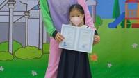 <p>Sarwendah baru saja menemani sang putri, Thalia Putri Onsu untuk melakukan cap tiga jari. Thalia kini sudah lulus TK dan siap masuk SD. (Foto: Instagram: @sarwendah29)</p>