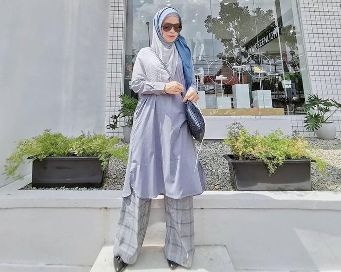 Selain hijab segi empat dan hijab langsung pakai, Ghaida juga suka memodifikasi tampilan hijabnya dengan menggunakan pashmina. Dengan sedikit sentuhan ini membuat OOTD Ghaida jadi lebih manis, bukan? / foto: instagram.com/gdaghaida