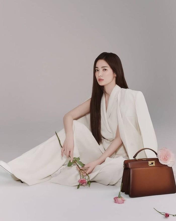 Song Hye Kyo menjadi artis Korea pertama yang menjadi Brand Ambassador Fendi, brand fashion asal Italia. /Sumber: Instagram.com/fendi