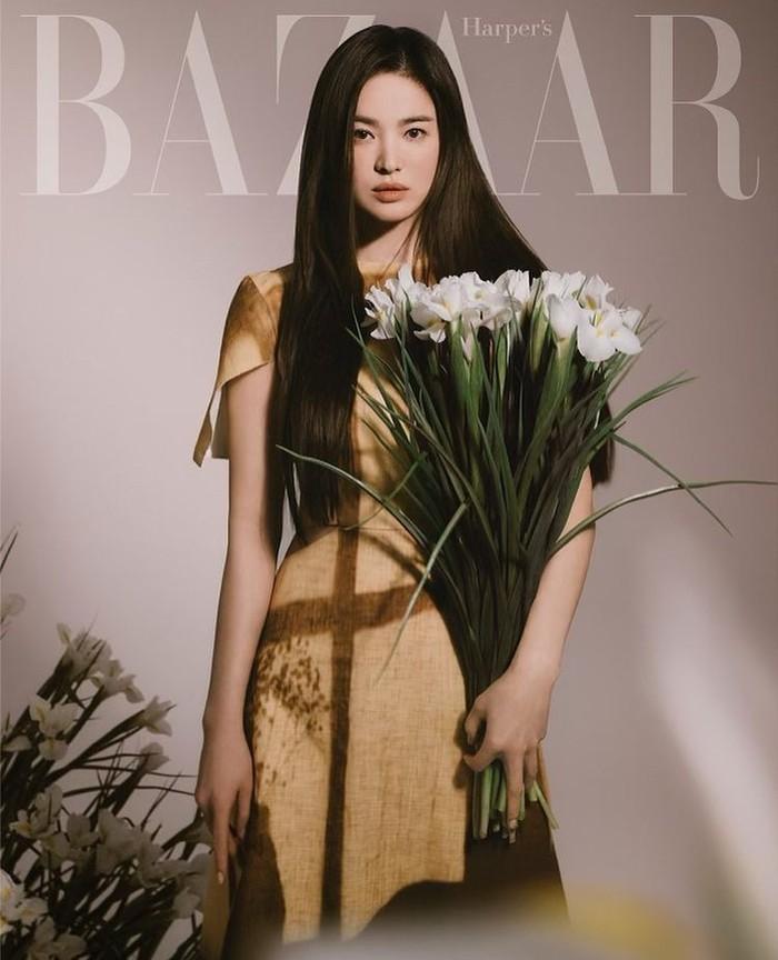 Tak cuma laris jadi brand ambassador. Song Hye Kyo pun sering menjadi langganan model majalah terkenal dunia, seperti Elle, Harper's Bazaar, Vogue, dan W Korea. Tak hanya itu, Song Hye Kyo juga menjadi model untuk brand fashion asal Korea, MICHAA. /Sumber: Instagram.com/kyo1122