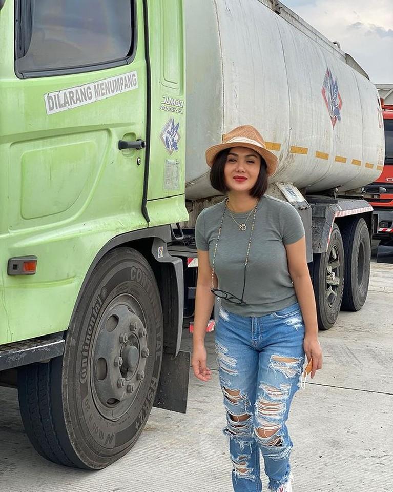 Yuni Shara penyanyi senior Indonesia ini memang terkenal dengan penampilannya yang kece bak ABG. Yuk kita intip!