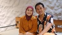 <p>Zaskia Adya Mecca mengakhiri masa lajang ketika dinikahi oleh sutradara Hanung Bramantyo. Keduanya terpaut usia 12 tahun, Bunda. Namun mereka hidup bahagia dan dikaruniai 5 orang anak. (Foto: Instagram: @zaskiadyamecca)</p>