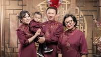 <p>Sebelumnya, Ahok dan Puput juga sempat merayakan Tahun Baru Imlek di bulan Februari. Mereka berpose ketika melakukan sesi foto keluarga. Kala itu perut Puput terlihat belum memiliki <em>baby bump</em>. (Foto: Instagram: @btpnd)</p>