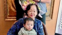 <p>Meski begitu, Ahok dan Puput belum berbicara mengenai kabar kehamilan tersebut. Mereka hanya merayakan momen spesial itu dengan berfoto bersama putra mereka, Yosafat dan Ibunda Ahok. (Foto: Instagram: @btpnd)</p>