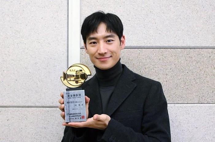 Berkat perannya yang memukau, tak heran jika Lee Je Hoon memenangkan banyak Award nih, Ladies. /instagram.com/leejehoon_official