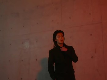 Menurut Yuta selain fashion dan makeup, wewangian juga mencerminkan pribadi seseorang. Dibalut setelan jas hitam dan nuansa malam hari, anggota NCT asal Jepang ini memancarkan aura misterius dan visual yang ganteng maksimal. (Foto: youtube.com/Vogue Japan)