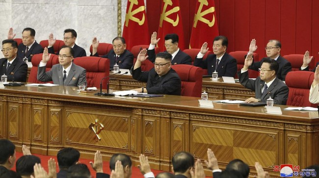 Pemimpin Tertinggi Korea Utara, Kim Jong-un, terlihat lebih kurus saat menghadiri rapat Partai Buruh Korut di Pyongyang belum lama ini.