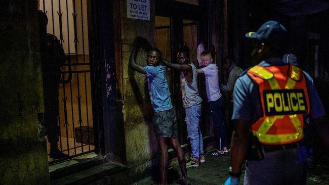 Afrika Selatan menerapkan lockdown ketat mulai Senin (28/6) untuk melawan gelombang tiga pandemi Covid-19 karena lonjakan penularan varian Delta.