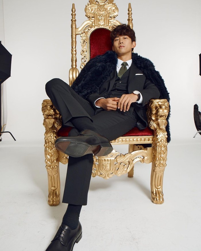 Ok Taec Yeon merupakan member 2PM yang dikenal memiliki tinggi semampai, yakni 189 cm. Tak hanya memiliki postur dan paras rupawan, ia ternyata juga telah menamatkan sekolah S2-nya lho, keren ya! (Instagram/taecyeonokay)