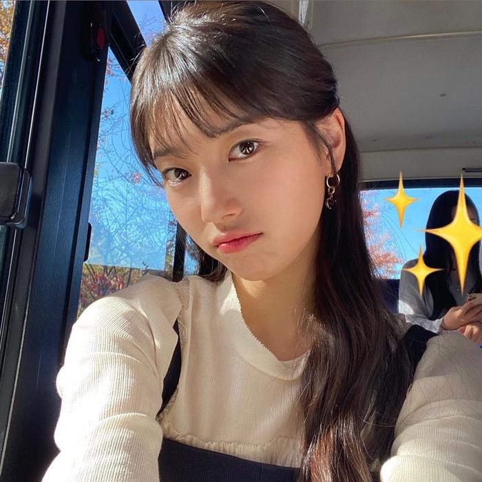 Aktris Korea Bae Suzy memiliki style rambut panjang dan berponi saat bermain dalam drama hits Start Up. Tak hanya itu, dalam drama While You Were Sleeping, ia juga berponi namun bedanya dengan potongan rambut pendek. Manis, ya! /Foto: Instagram/skuukzky