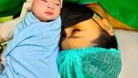 <p>Tata Janeeta sempat mengabadikan potret bersama si kecil ketika baru lahir. Momen persalinan dilewati oleh Tata Janeeta dan suami dengan penuh haru. (Foto: Instagram: @tatajaneetaofficial)</p>