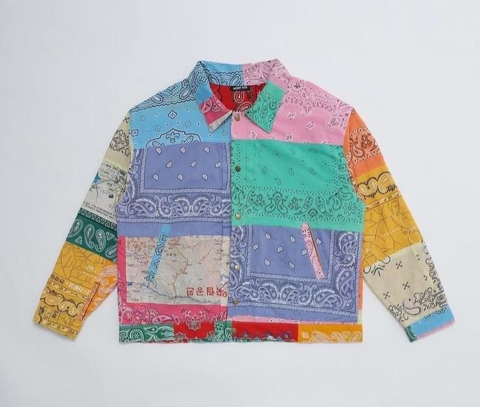 Clothing brand fashion wanita dan pria ini mengkreasikan koleksi terbatas Reversible Bandana Jacket, yang terbuat dari bandana-bandana lama yang dijahit bersama. Tiap item memiliki keunikan karakteristik dan motif yang berbeda. (Foto: Instagram/moneman.works)