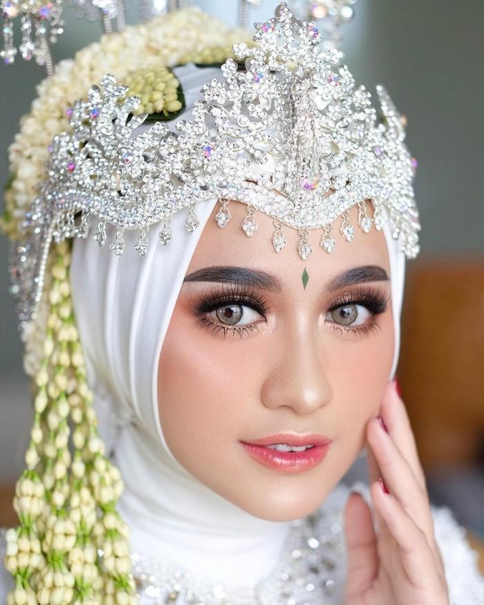Dengan tema rustic wedding, Helmi Nursifah menggelar pernikahannya dengan Gege pada 8 Juli 2019. Meski bertemakan western, saat akad ia memilih mengenakan Siger Sunda yang memang telah ia impikan. (Instagram/helminursifah)