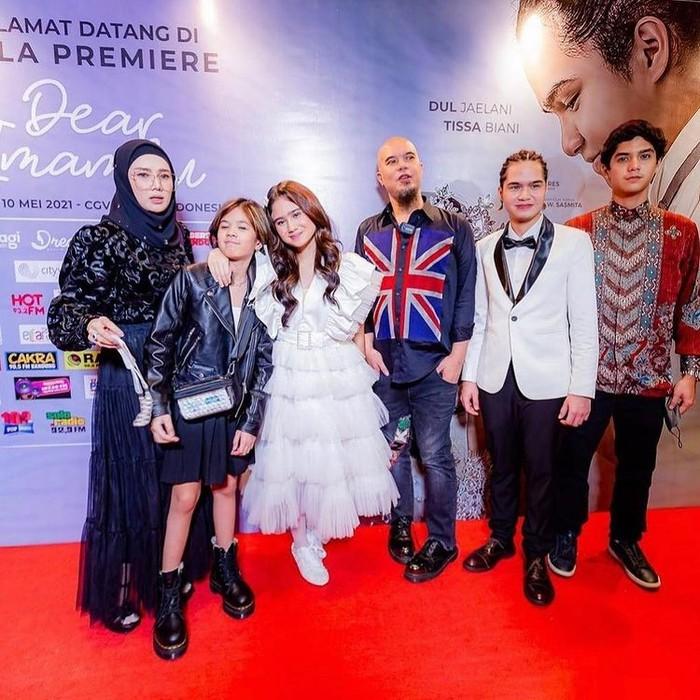 Gaya serupa juga dipakainya saat menghadiri peluncuran film dari Dul Jaelani. Dia tampil dengan setelan serba hitam lengkap dengan sepatu boots/Sumber/Instagram/newyy0rk.