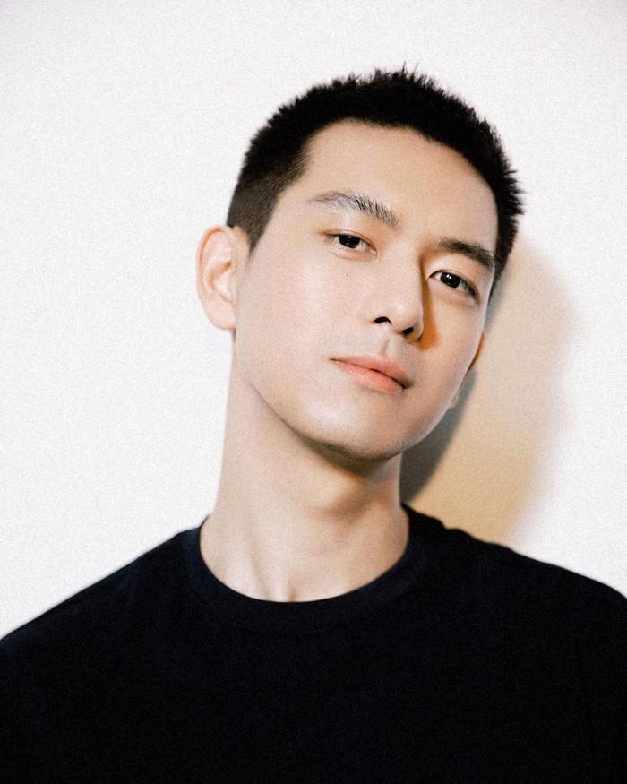 Li Xian mengawali karir di dunia seni peran dari bawah dan baru mulai dikenal setelah 6 tahun berakting. Setelah sukses, ia kerap menjadi bintang iklan sejumlah brand kenamaan. Karena pesonanya, pria ini disebut Present Boyfriend. (Foto: Instagram/mrlixian)