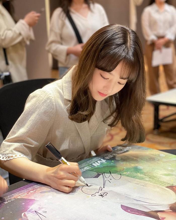 Memiliki wajah baby face, Park Bo Young kerap disangka masih berusia 20an awal. Namun nyatanya, perempuan yang khas dengan poninya itu saat ini terlah berusa 31 tahun, lho! Awet mudah banget, ya! /Foto: Instagram/boyoung0212_official