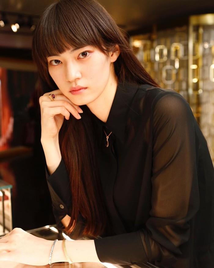 Miki Ehara 'ditemukan' oleh creative director Louis Vuitton saat dirinya masih bekerja di toko perlengkapan olahraga. Meski terbilang baru, ia pernah membawakan busana dari Dior hingga Lanvin. (Instagram/miki_ehara)