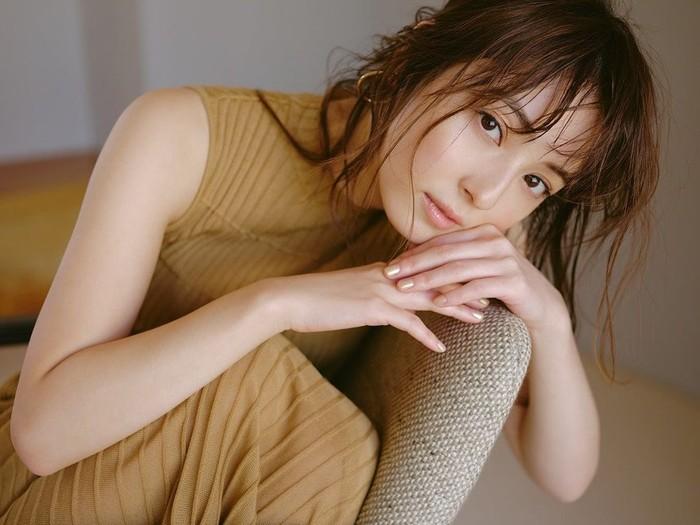 Nozomi Sasaki menjadi salah satu model paling terkenal di Jepang dan juga banyak membintangi iklan. Meski sudah berusia 33 tahun, ia masih tampak awet muda. (Instagram/nozomisasaki_official)