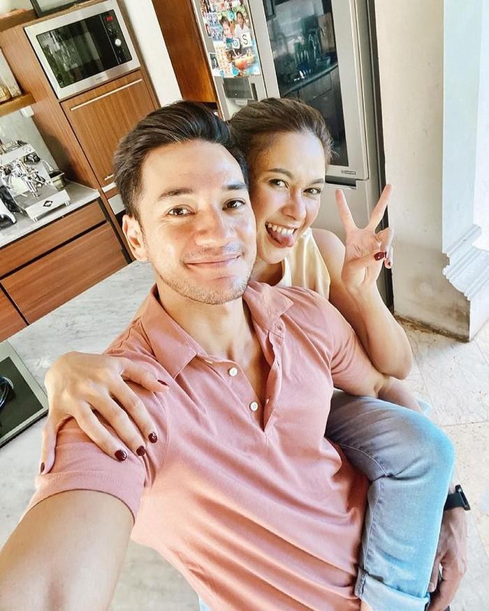Pasangan ini memang selalu terlihat romantis dan menggemaskan, padahal pernikahan mereka menginjak usia 15 tahun. Wow.. Panutan banget ya!(foto:instagram.com/nanamirdad_)