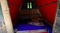 <p>Isi rumah kecil untuk para tamu yang bermalam. Bunda tertarik punya rumah di tengah hutan? (Foto: YouTube Alman Mulyana)</p>