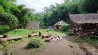 <p>Sepasang suami istri asal Jawa Barat membuat rumah impian mereka di tengah hutan, di area Tangkuban Perahu, Jawa Barat. (Foto: YouTube Alman Mulyana)</p>