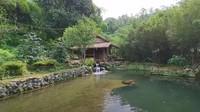 <p>Rumahnya merupakan rumah panggung dari bambu. Kemudian di depannya terdapat kolam air yang jernih tanpa ikan. (Foto: YouTube Alman Mulyana)</p>