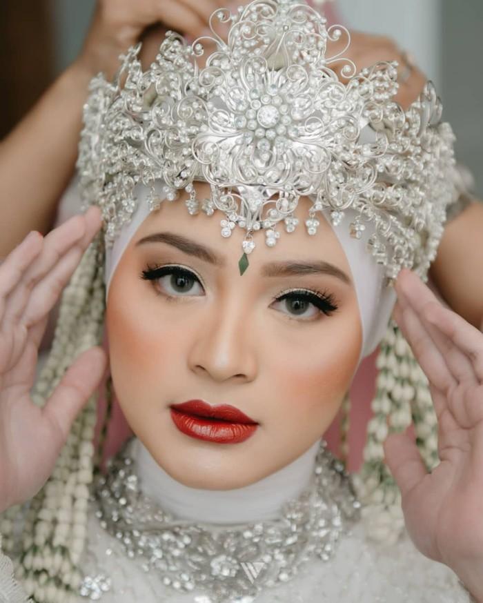 Sabriana Sosiawan sempat membuat geger warganet karena menikah di usia terbilang muda, yakni 16 tahun. Namun hujatan netizen tak mengurungkan niatnya dan ia pun tampil cantik mengenakan Siger Sunda di hari akadnya. (Instagram/sabrinasosiawan)